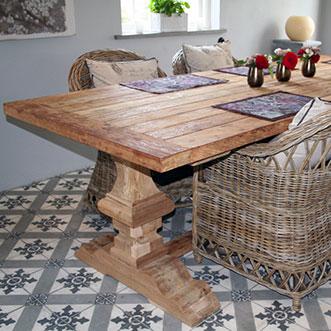 Träbord med korgstolar